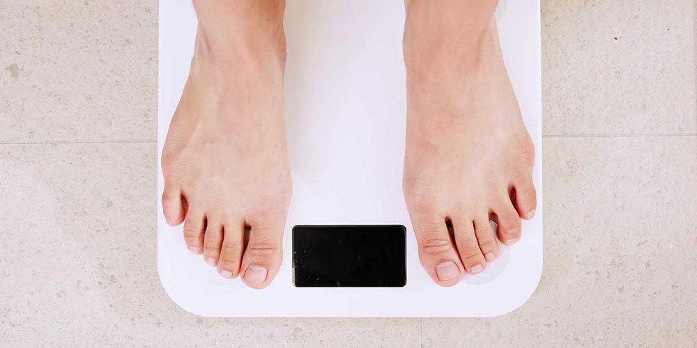 استفاده از ترازوی دیجیتال و اندازه گیری وزن در منزل
